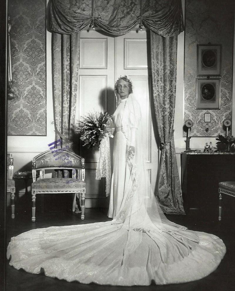 3b26af7232c9 Isabel Hafström bifogar även en bild på sin mamma i den vackra  bröllopsklänningen: